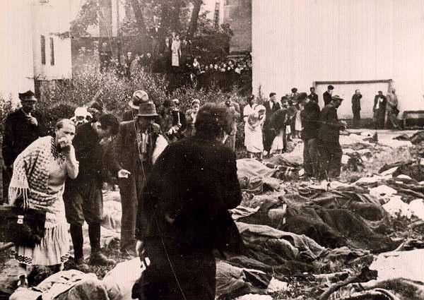 Львовяне ищут среди расстрелянных своих родных во дворе тюрьмы № 1. Львов, 3 июля 1941 г. Архив ЦИОД