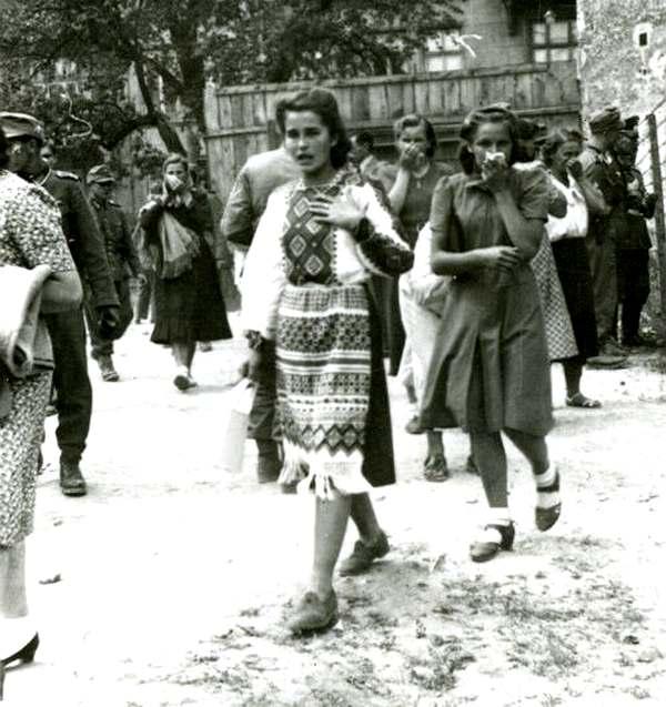 Удивление и ужас на лице львовянки, которая только что вошла во двор тюрьмы. 3 июля 1941, г. Львов. Архив ЦДВР