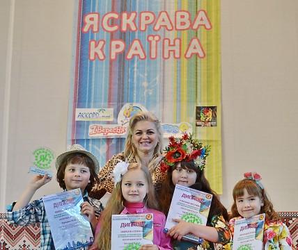 Участники фестиваля с преподавателем Макарчук А.Р.