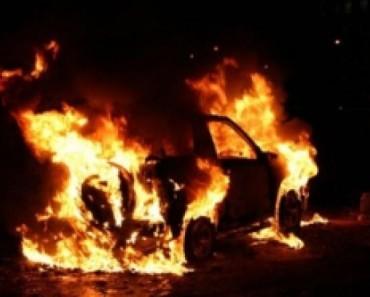 В Новомосковске в центре города сгорел автомобиль (ВИДЕО)