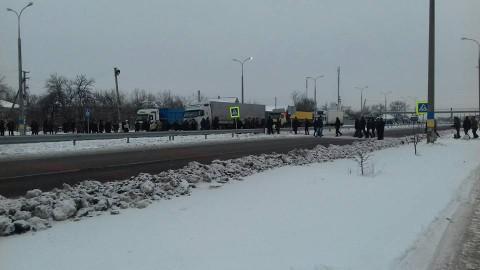 Новомосковцы перекрыли трассу