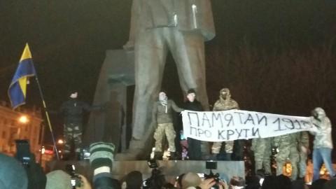 Завалили памятник Петровскому
